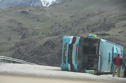 Busunglück: vom Sturm umgeworfen