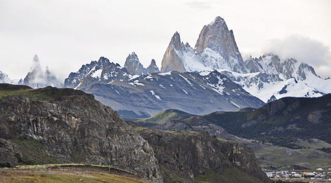 Fitz Roy im Ganzen und Cerro Torre (links) in Zuckerwatte