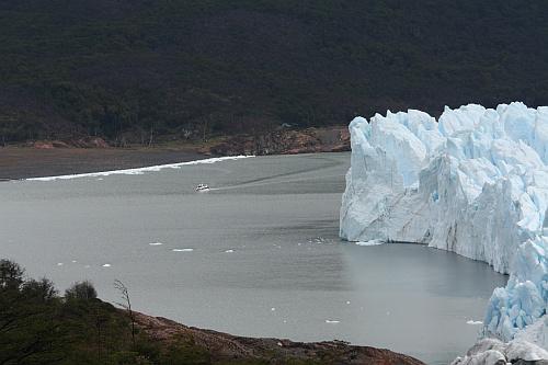 Auflugsboot vor dem Perito Moreno