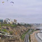 Paraglider über der Costa Verde im Stadtteil Miraflores