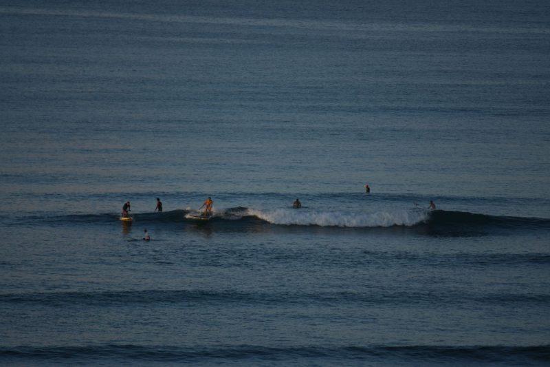 Surfen im Sonnenaufgang