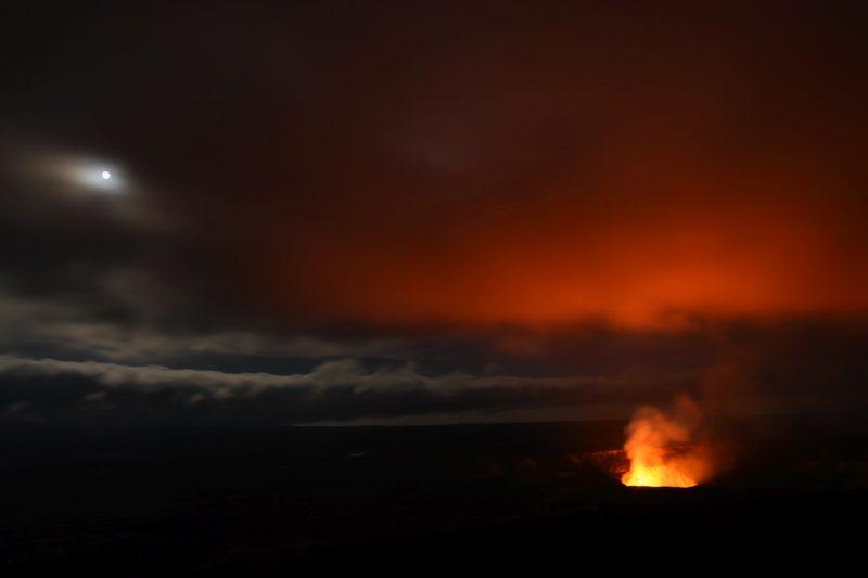 Kilauea und Mond leuchten um die Wette
