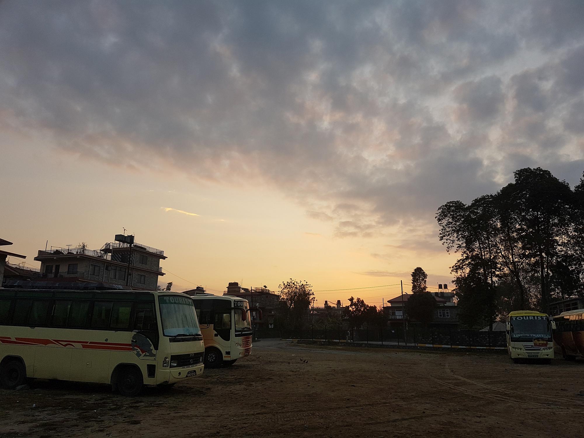 Sonnenaufgang am Busbahnhof von Pokhara