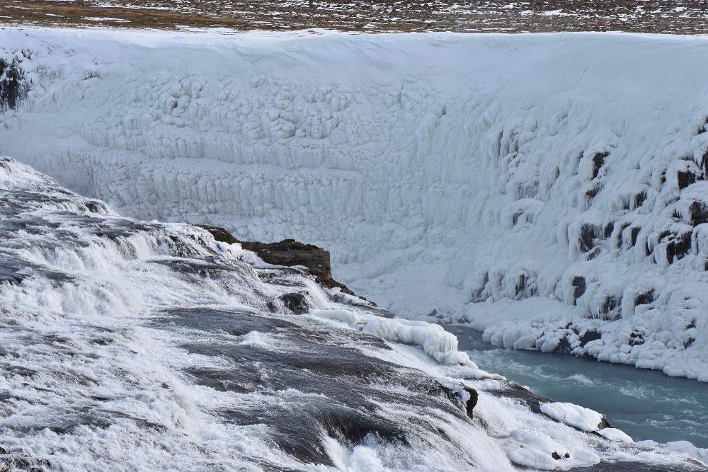 Die Gischt gefriert zu einer massiven Eiswand