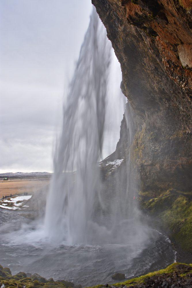 Hinter dem Seljalandsfoss