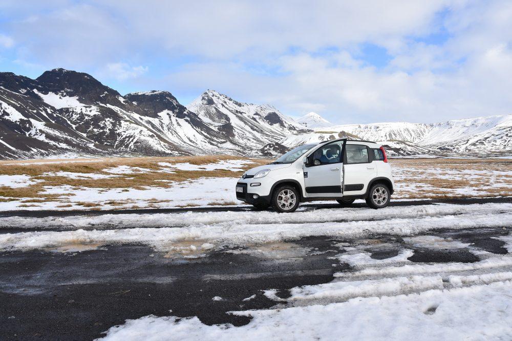 Kleines Auto im großen Þingvellir NP