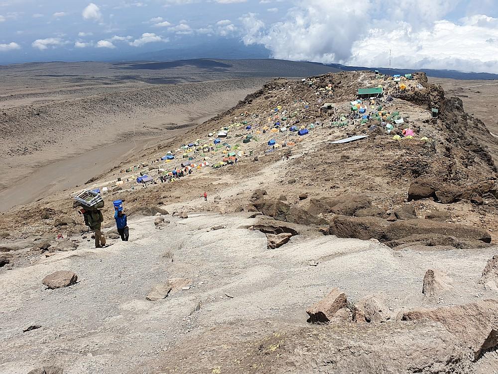 Blick runter aufs Barafu Camp - unser Zelt ist noch hinter der Kuppe